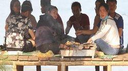 ẢNH: Mang bếp nướng ra biển, du khách đổ về bãi tắm tăng từng giờ