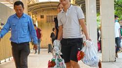Hình ảnh người dân bê gà, rau quê trở về Hà Nội sau kỳ nghỉ lễ