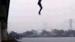9X bất ngờ nhảy cầu tự tử trên đường cùng mẹ về thăm quê