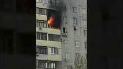 Cậu bé Nga trèo khỏi căn hộ cháy rực, ngồi vắt vẻo trên cục nóng điều hòa cao 24m