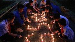 Nhiều bạn trẻ thắp nến tri ân tại nhà Đại tướng Võ Nguyên Giáp