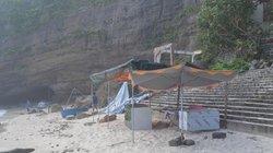 """Quảng Ngãi: Nhiều hàng quán """"mọc lên"""" ở khu vực thắng cảnh Chùa Hang"""