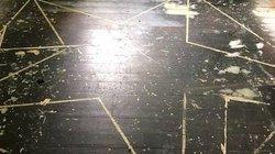 Sửa nhà, cặp đôi phát hiện dấu vết bí ẩn trên sàn, chưa từng thấy trong 30 năm
