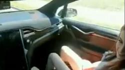 Cặp đôi thản nhiên quan hệ trên xe bật chế độ lái tự động gây bất bình