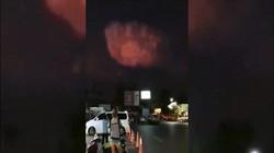 Vật thể lạ bí ẩn bay giữa đám mây sấm sét đỏ rực ở Thái Lan