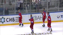 Khoảnh khắc Putin trượt chân ngã sau khi tỏa sáng trong trận khúc côn cầu