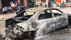 Xe hoa Mercedes đi lễ cưới bị cháy trơ khung sắt