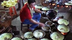 """Ngôi chùa lạ ở An Giang: 1 đầu bếp """"cân"""" 12 chảo bánh xèo cùng lúc"""