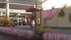 Trường tiểu học thuê vũ công ăn mặc thiếu vải nhảy khêu gợi trước các bà mẹ và học sinh