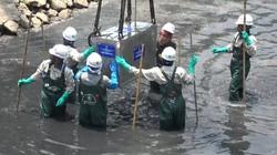 """Clip: Chuyên gia Nhật lội bùn đặt """"máy thần kỳ"""" làm sạch sông Tô Lịch"""