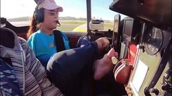 Nữ phi công duy nhất thế giới lái máy bay bằng chân?