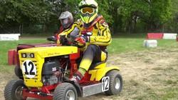 Xem các tay đua máy cắt cỏ tranh tài theo phong cách đua xe F1