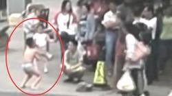 Mẹ lột đồ con trai giữa nơi công cộng vì dám chạm mông bạn gái
