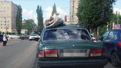 Sửng sốt cảnh người chết bị buộc trên nóc ô tô chạy suốt 60km