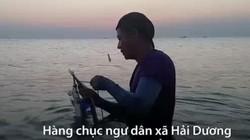 Người dân Huế vác cần câu tre cùng cá cơm ra bờ biển câu cá dói