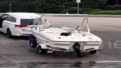 Xe và ca nô bất ngờ trôi xuống hồ, tài xế suýt bị cán qua người