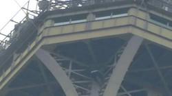 """Phát hiện """"người nhện"""" leo trèo bên ngoài, Pháp phong tỏa tháp Eiffel"""