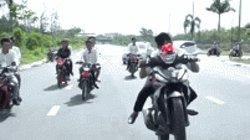 """Video: Rước dâu đi xe côn tay bốc đầu và nhận cái kết """"ê mặt"""""""