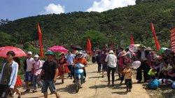 Mộc Châu: Người nườm nượp đổ về thung Nà Ka xem hội hái mận