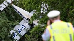 """Máy bay nằm """"phơi bụng"""" trên cây, phi công và vợ thoát chết kỳ diệu"""