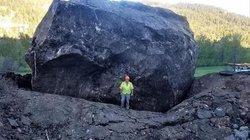 Mỹ: Choáng với 2 khối đá to như ngôi nhà rơi xuống đường cao tốc