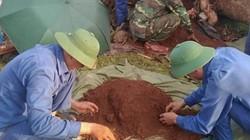 Phát hiện hài cốt liệt sĩ kèm bia đá khắc tên dưới gốc xà cừ