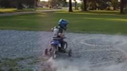 Mãn nhãn xem biker 4 tuổi trổ tài như tay đua chuyên nghiệp thực thụ