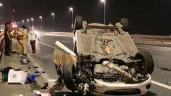 """Xe Mazda bất ngờ đâm đuôi xe bồn, """"phơi bụng""""trên cầu Nhật Tân"""