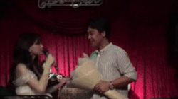 """Hòa Minzy bất ngờ quỳ gối """"cầu hôn"""" bạn trai thiếu gia trên sân khấu"""