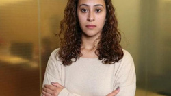 Mỹ: Thấy sạc iPhone lạ, vú em phát hiện bị quay lén khỏa thân trong phòng tắm
