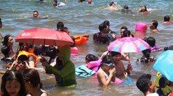 Tắm biển xả xui Tết Đoan Ngọ: Dù che nắng…'đổ bộ' biển Quy Nhơn