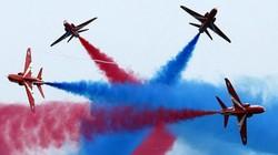 Không quân Hoàng gia Anh trình diễn nhào lộn đẹp mắt trong ngày lễ kỷ niệm