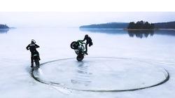 Cận cảnh pha bốc đầu trên mặt băng xoay độc đáo