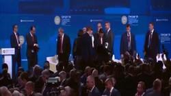 Khoảnh khắc ông Tập Cận Bình suýt ngã khỏi sân khấu trước mặt ông Putin