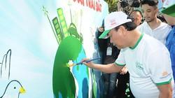 Ảnh: Thủ tướng vẽ tranh dưới trời nắng nóng hưởng ứng phòng chống rác thải nhựa