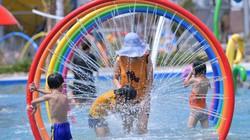 Clip: Giữa trưa nắng nóng, dân Hà Nội đi công viên nước giải nhiệt
