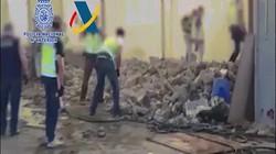Lý do bất ngờ khiến cảnh sát Tây Ban Nha hì hục đập đống đá hàng trăm tấn