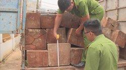 Bị phát hiện chở gỗ lậu, lái xe tải lao vào công an rồi tẩu thoát