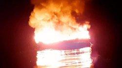 Tàu 6 tỷ bất ngờ bốc cháy, 11 người bất lực nhìn lửa thiêu rụi