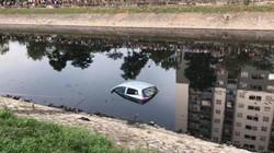 Ô tô không người lái bất ngờ lao xuống sông Tô Lịch