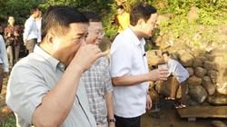 Bộ trưởng Bộ Kế hoạch Đầu tư thích thú uống nước giếng cổ 5.000 năm