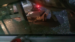 Xe khách bị ném đá rào rào như mưa, hành khách bị thương