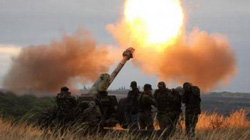 Quân đội Ukraine bắn phá làng Donetsk dữ dội bằng đạn pháo gây cháy