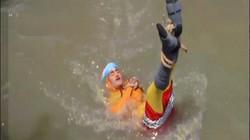 """Video: """"Pháp sư"""" Ấn Độ trình diễn trói người thả sông, kết quả thảm khốc"""