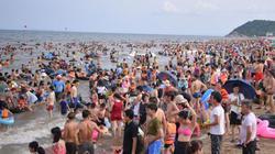 Ảnh: Biển Sầm Sơn đông nghịt người lách nhau ngày nắng nóng