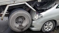 Sốc với hiện trường TNGT: Ô tô 7 chỗ nhấc bổng đuôi xe tải
