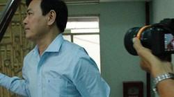 VIDEO: Ông Nguyễn Hữu Linh đến tòa, vội chạy vào nhà vệ sinh trốn PV
