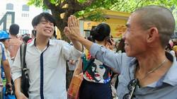 Sĩ tử đập tay phụ huynh ăn mừng sau môn thi Văn THPT Quốc gia 2019