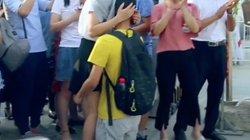 Nam sinh Trung Quốc quỳ gối cảm tạ mẹ sau kỳ thi đại học