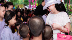 Nữ ca sĩ là vợ tỷ phú Việt kiều giàu nhất thế giới đưa hai con về nước